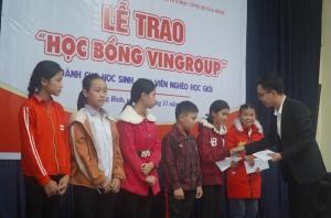 Trao 146 suất Học bổng Vingroup cho học sinh, sinh viên nghèo Quảng Bình