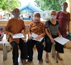 Hành trình nhân ái thắp sáng đôi mắt tới các cụ già trăm tuổi