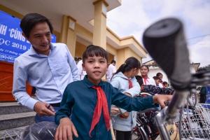 """Chương trình """"Cùng em tới lớp"""" trao xe đạp cho học sinh nghèo tỉnh Hòa Bình"""