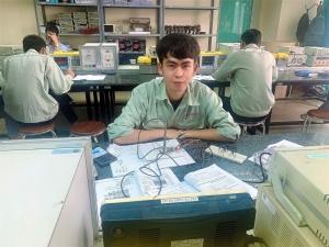 Mẹ mất vì ung thư, bố bị chấn thương sọ não, cậu sinh viên nghèo  bươn chải kiếm tiền nuôi giấc mơ thành kỹ sư