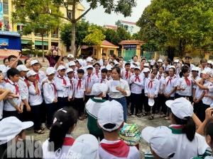 Hà Nam: Học sinh nhiều trường học hân hoan chào đón thư viện lưu động đa phương tiện