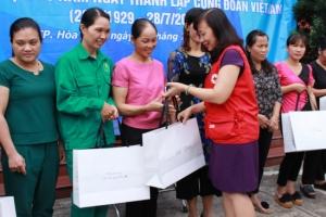 Tặng 800 suất quà cho công nhân lao động nghèo tại Hòa Bình