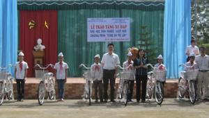 Tặng 100 chiếc xe đạp cho học sinh nghèo vượt khó