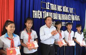 Báo Đại Đoàn Kết trao học bổng cho học sinh nghèo học giỏi tỉnh Cà Mau