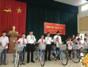 Trao xe đạp cho học sinh nghèo vượt khó huyện Gia Viễn