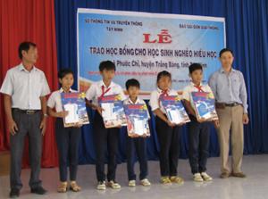 Đoàn thanh niên Cộng sản Hồ Chí Minh báo SGGP trao học bổng cho học sinh nghèo