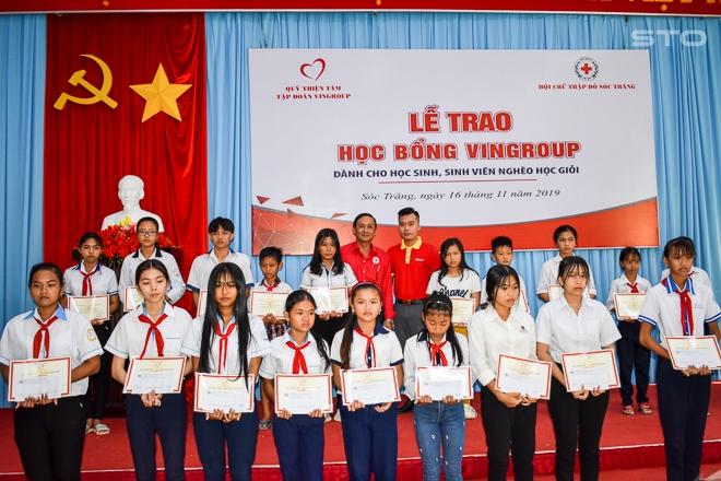 Trao 119 suất học bổng cho học sinh, sinh viên nghèo học giỏi tại Sóc Trăng